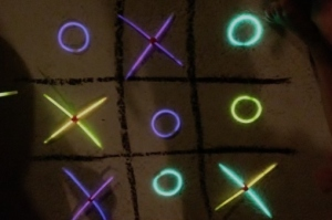 Earth hour: glow in the dark tic tac toe - mamaliefde