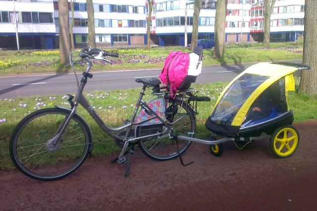 Op de fiets: met de fietskar en achterstoeltje - mamaliefde